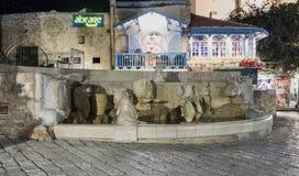 喷泉-黄道带签字-在Kedumim SquFountain -黄道带标志-在Kedumim广场老城市的Y老城市的Yafare  免版税库存照片