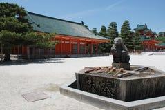 喷泉heian jingu purifiaction寺庙 免版税库存照片
