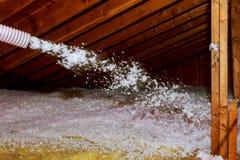 喷洒房子顶楼绝缘材料的矿物矿毛绝缘纤维工作者 免版税库存图片