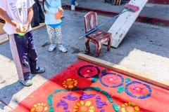 喷洒的水在圣洁星期四洗染了锯木屑队伍地毯, 图库摄影
