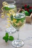 喷流鸡尾酒用白葡萄酒、薄菏和冰,装饰用螺旋柠檬味 库存图片