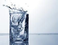 喷水和冰在玻璃 免版税库存照片