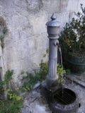 喷水嘴在意大利村庄 免版税库存图片
