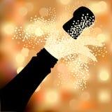 喷洒的瓶香槟在抽象背景 免版税库存照片