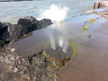 喷洒通过码头的水 库存图片