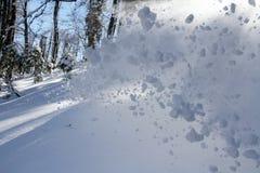 喷洒雪,在冬天山的freeride 图库摄影