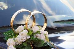 喷洒,一个婚礼的花的布置在汽车 免版税库存图片