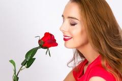 嗅到一朵红色玫瑰 免版税库存图片