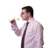 嗅到一杯白葡萄酒的人 免版税库存图片