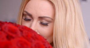 嗅到新鲜的英国兰开斯特家族族徽花束的俏丽的妇女 股票视频