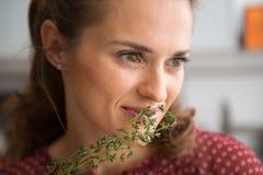 嗅到新鲜的麝香草的妇女特写镜头 免版税图库摄影