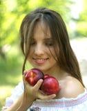 嗅到新鲜水果的美丽的女孩 免版税库存图片