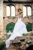 嗅到玫瑰的新娘的画象 免版税图库摄影