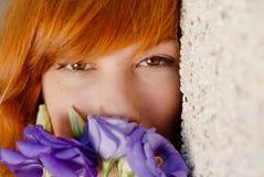 嗅到紫色汉语的美丽的妇女起来了 免版税库存图片