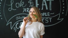 嗅到绿色莳萝调味料菜的少妇 从茴香的髭 乐趣厨房 概念的健康 股票录像