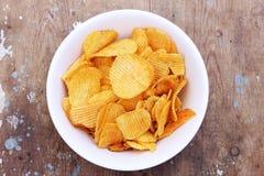 嘎吱咬嚼的土豆片 免版税图库摄影