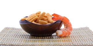 嘎吱咬嚼的大虾薄脆饼干 免版税库存图片