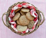 嘎吱咬嚼的家庭做的曲奇饼顶视图 免版税库存照片