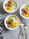嘎吱咬嚼的鱼丸、米和芒果在灰色背景,顶视图 可口的开胃菜 免版税库存照片