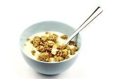 嘎吱咬嚼蓝色碗早餐的cerealsin 免版税图库摄影