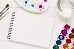 嘲笑与在白色桌上的艺术性的工具 图库摄影