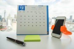 嘲笑与笔的柱子在日历的提示的 免版税图库摄影