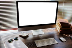 嘲笑办公室或家庭桌面有辅助部件的并且工作工具,个人计算机计算机有空白的拷贝空间屏幕的您的内容的, keybo 库存图片