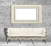 嘲笑在白色砖墙和葡萄酒沙发上的海报 免版税库存图片