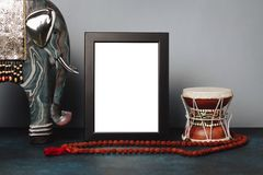 嘲笑大象和希瓦` s鼓Damar框架和小雕象有rudraksha小珠的 种族Shiwais图片 免版税库存图片