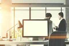 嘲笑屏幕在白色办公室,人们 免版税库存图片