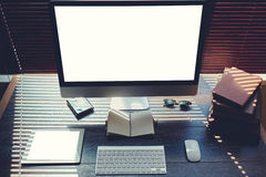 嘲笑有个人计算机计算机和数字式片剂的家庭桌面有您的增进内容的空白的拷贝空间屏幕的,键盘wi 库存图片