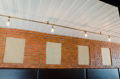 嘲笑海报框架或照片框架在墙壁上 免版税库存图片