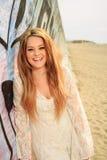 嘲笑海滩的青少年的女孩 免版税库存照片