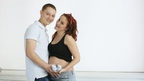 嘲笑照相机的美好的怀孕的夫妇 慢的行动 股票录像