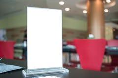 嘲笑空白的菜单框架的白色标签在酒吧餐馆咖啡馆 库存照片