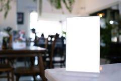 嘲笑站立在酒吧餐馆咖啡馆的木桌上的菜单框架 图库摄影