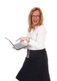 嘲笑膝上型计算机的女商人 库存图片