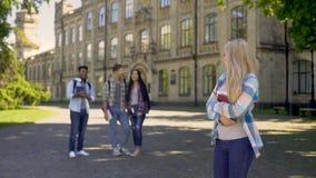 嘲笑谦逊的新来者女孩的小组多种族家伙在大学 股票录像