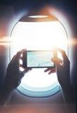 嘲笑递智能手机在手上的女孩和 免版税库存照片