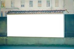 嘲笑 户外大空白的广告牌,户外广告牌,在老墙壁上的社会信息板 图库摄影