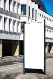 嘲笑 户外空白的户外广告专栏,社会信息委员会在城市 库存照片