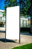 嘲笑 户外空白的户外广告专栏,社会信息委员会在城市 库存图片