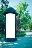 嘲笑 户外空白的户外广告专栏,社会信息委员会在城市 免版税库存照片