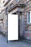 嘲笑 户外空白的户外广告专栏,街道的社会信息委员会 库存图片