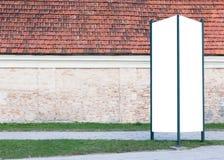 嘲笑 户外空白的户外广告专栏,街道的社会信息委员会 库存照片