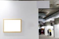 嘲笑 空白框架照片墙壁白色 有室内空的框架的画廊墙壁 库存图片