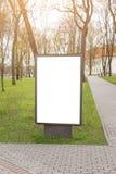 嘲笑 空白的广告牌户外,户外广告,在城市公园附近的社会信息板 免版税库存图片
