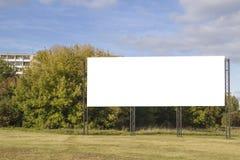 嘲笑 空白的广告牌户外,户外广告,在城市道路的社会信息板 免版税库存照片
