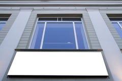 嘲笑 空白的广告牌户外,户外广告,在墙壁上的社会信息板在窗口下 免版税库存图片