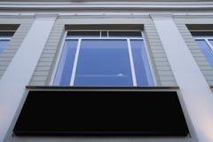 嘲笑 空白的广告牌户外,户外广告,在墙壁上的社会信息板在窗口下 库存照片